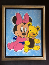 Baby Minnie Mouse med bamse