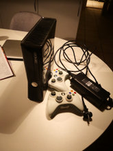Xbox 360 250gb, 2 hvide controllere