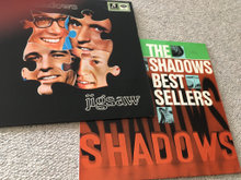 Lp med Bee Gees og The Shadows